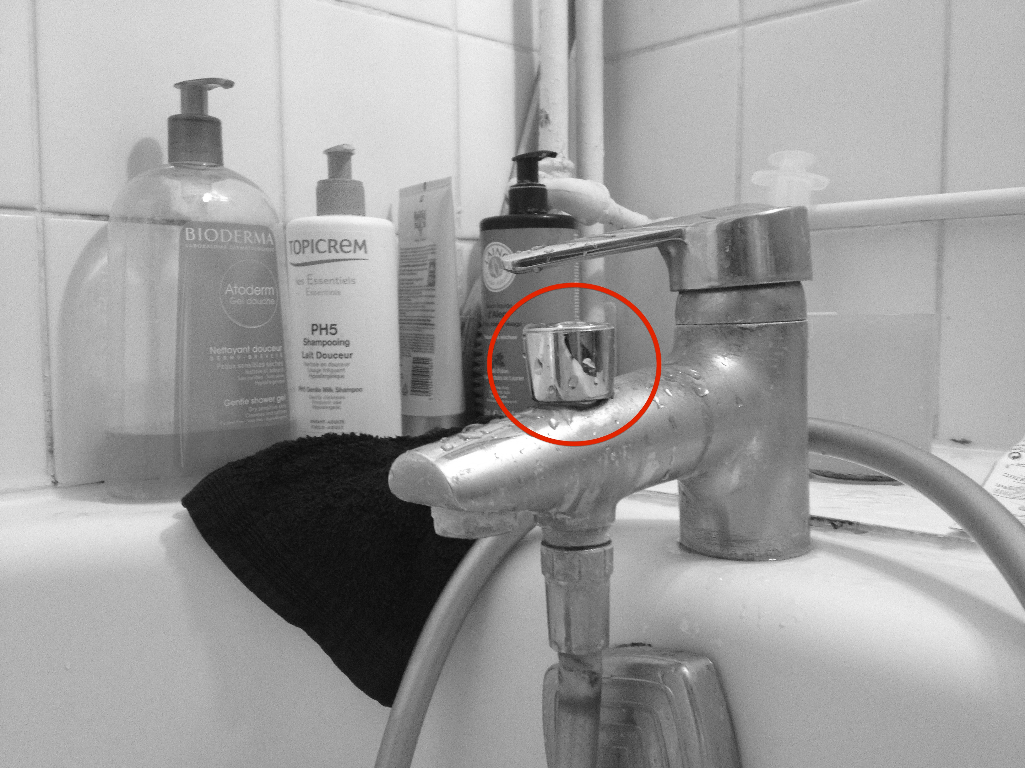 Il d cide de prendre une douche avec sa femme et se fait violer par son bouchon yzgeneration - Comment prendre une douche rapidement ...