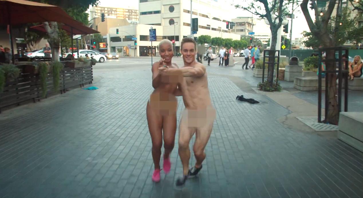 Une belle brune se balade nue dans la rue - HD Porn -