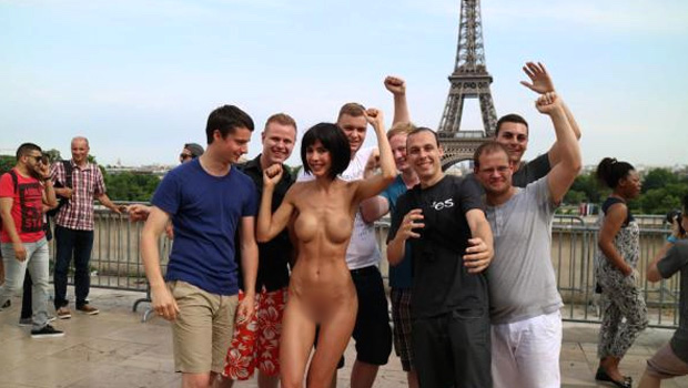 Milo-Moiré-Selfies-Nue-Paris