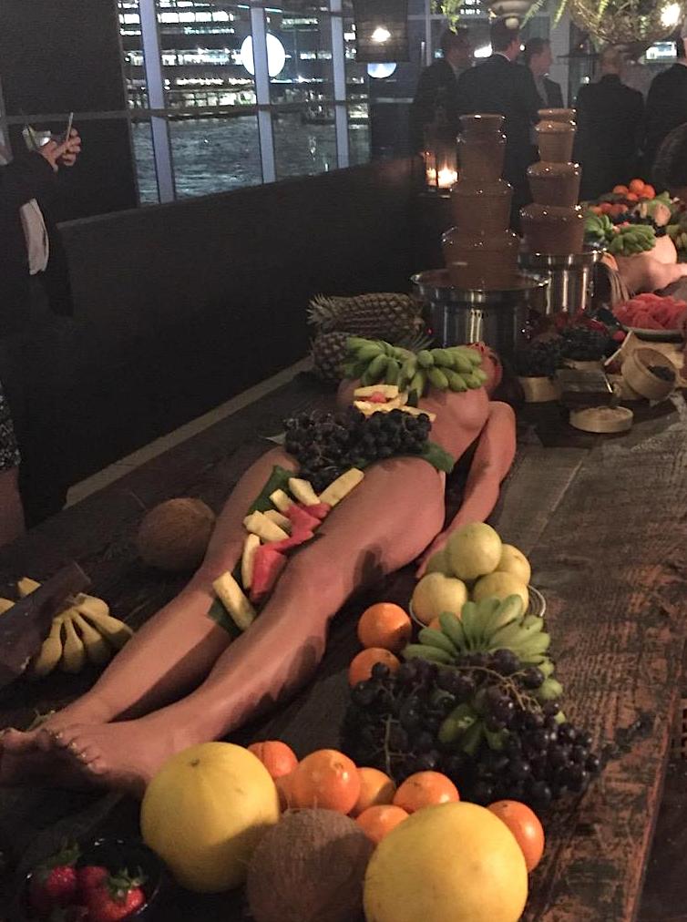 Australie-Bar-Femmes-Nues-Plats-Fruits-2