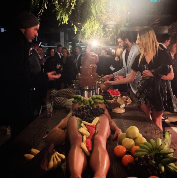 Australie-Bar-Femmes-Nues-Plats-Fruits-3