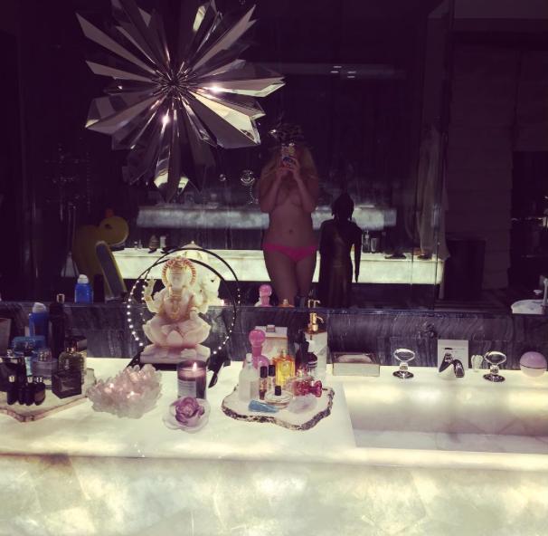 Christina-Aguilera-Topless-Instagram-1