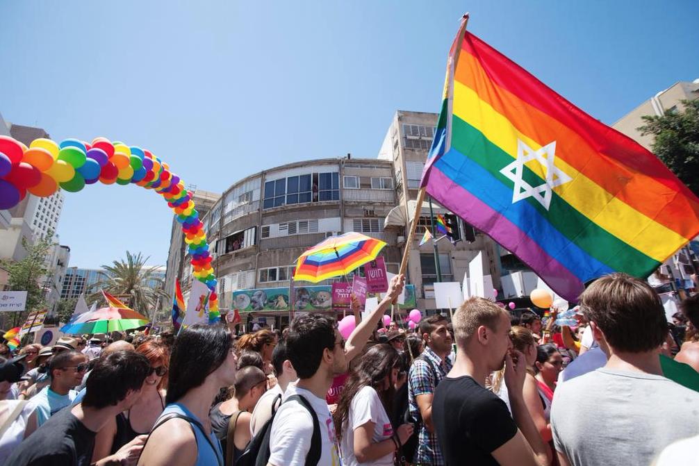 Cientos de personas participan en el desfile del orgullo
