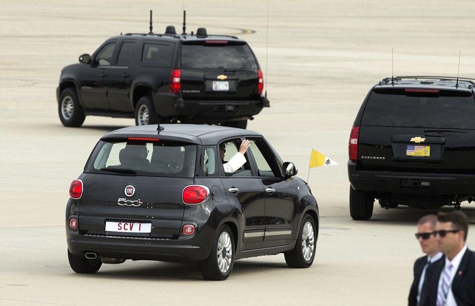 Pape-Francois-Fiat-500-US-2