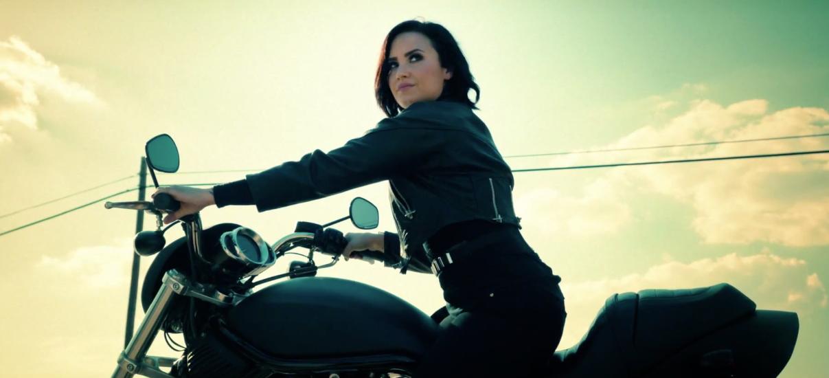 Demi-Lovato-Confident-2