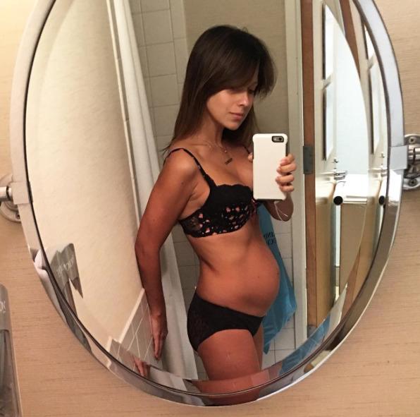 hilaria-baldwin-ventre-post-accouchement-3